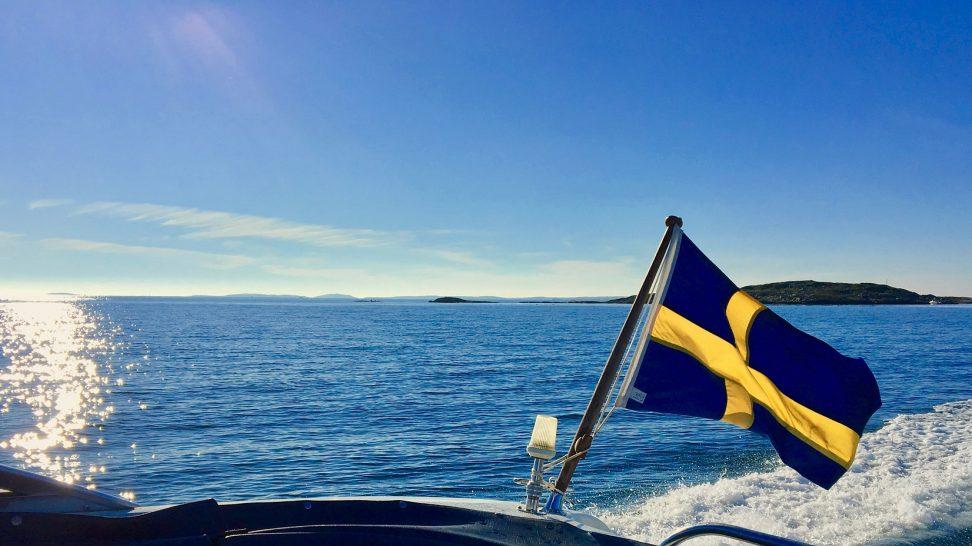 svensk flagga på havet